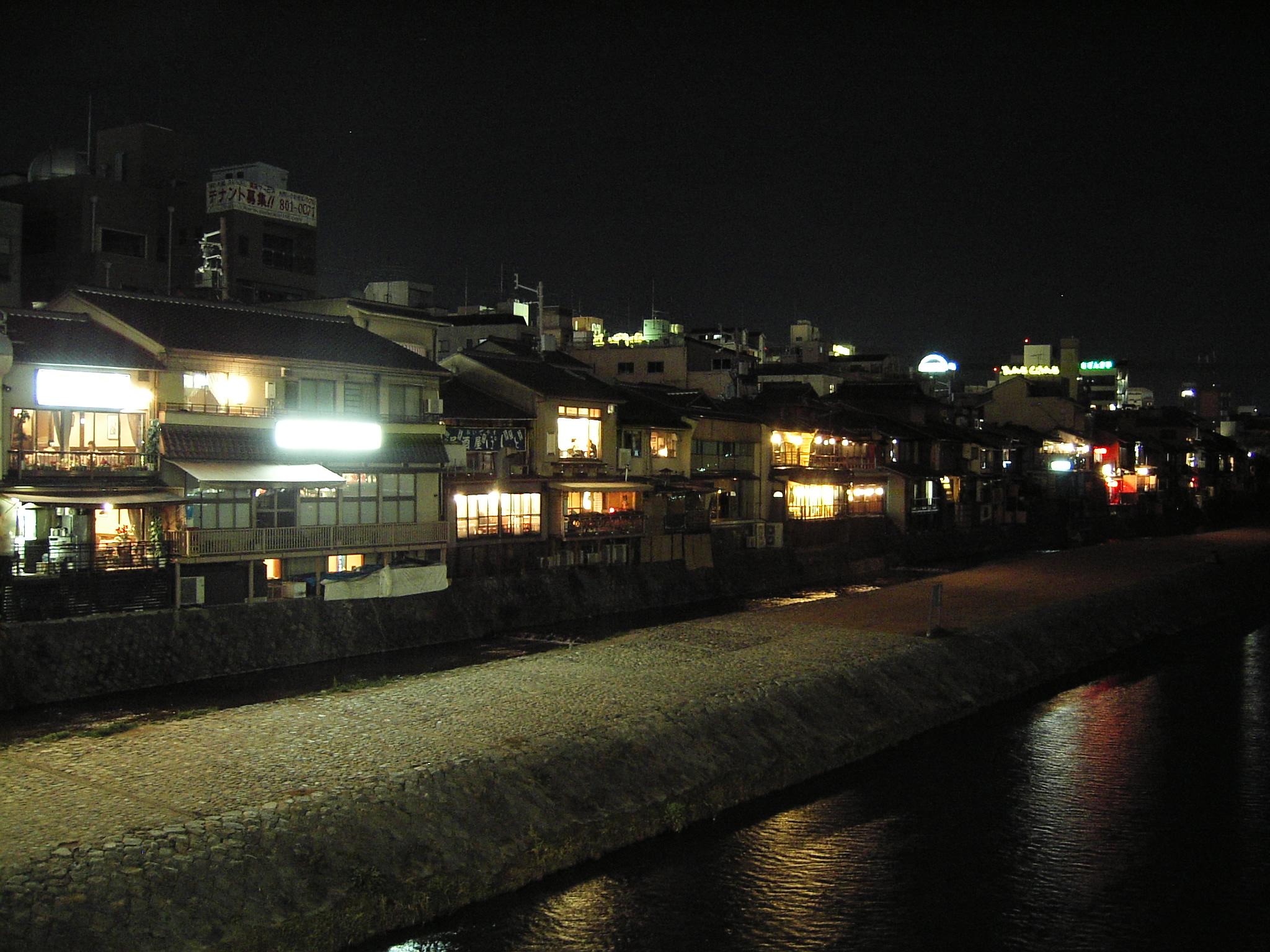 Pontocho nocą i rzeka Kamo