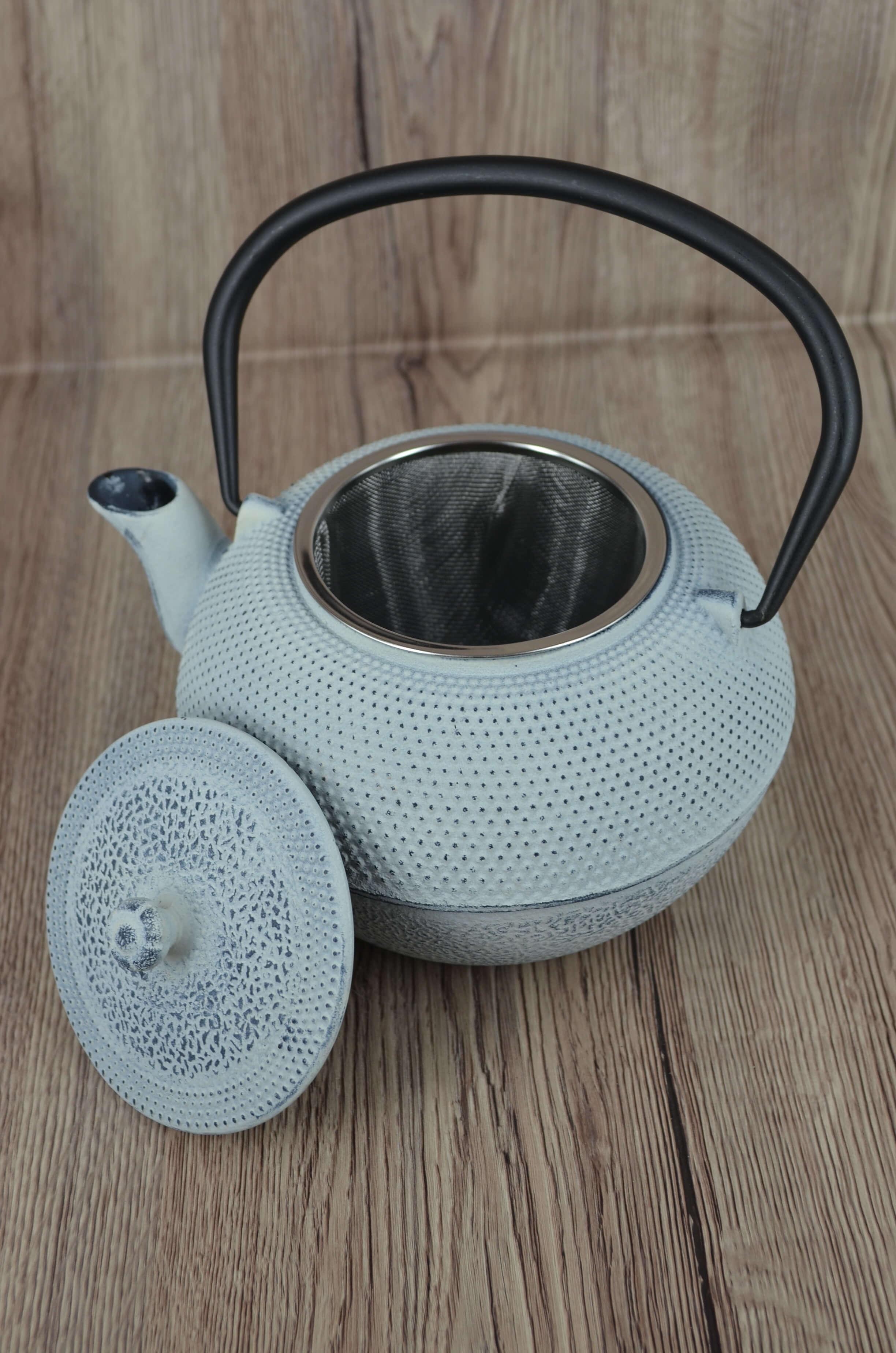 biały żeliwny dzbanek. dzbanek do parzenia herbaty