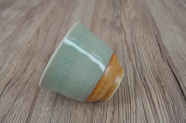 czarka do herbaty z celadonu, seledynowa porcelana